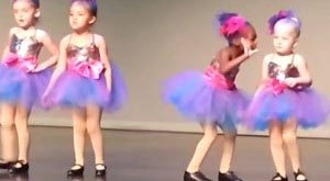 Ну, очень смешной детский танец!